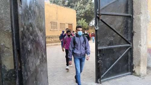 Medical teams distribute masks free of charge to students in examination committees